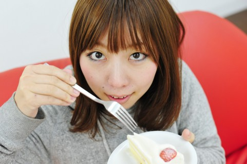 ショートケーキを食べる女性