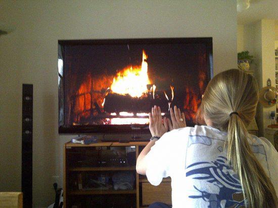 テレビで暖を取る人